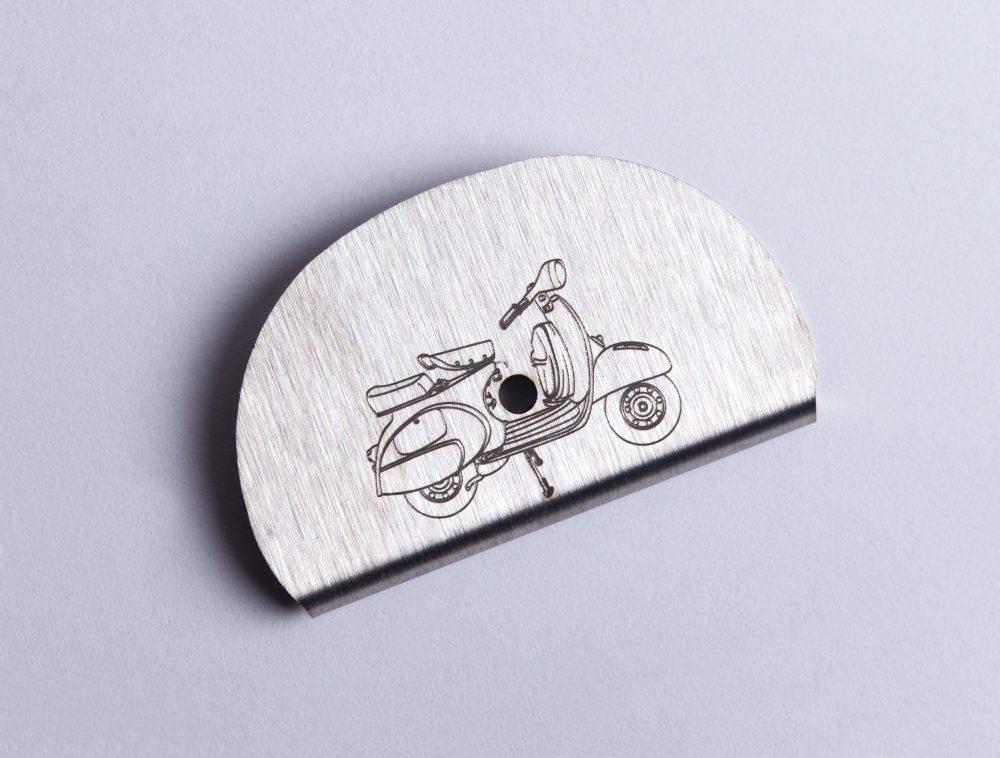 Sifflet gravé vespa scooter