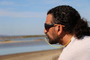 Gerard Puyuelo au bord de l'étang de Thau avec son sifflet