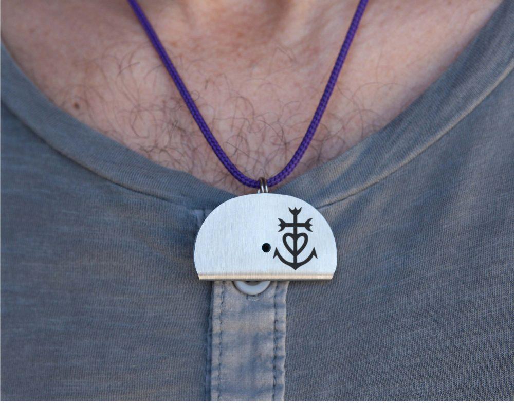 Sifflet collier gravé croix de Camargue